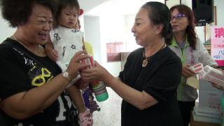 示範颱風過後居家清潔,張花冠縣長配合衛生局化身老師親自宣導