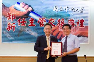 國立中央大學校長周景揚(左)頒發聘書,中大壢中校長李世峰(右)正式走馬上任。