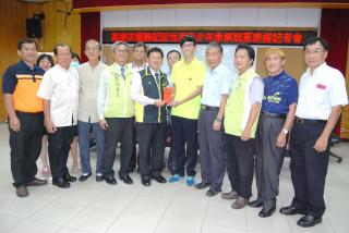 彰化市長邱建富表揚奪得第一屆「勝記盃」世界青少年象棋個人公開賽18歲以下組冠軍的葛振衣