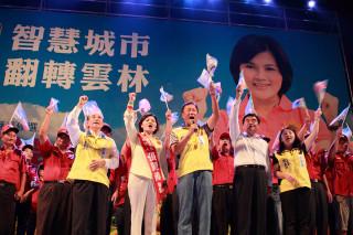 3年前郭台銘在張麗善萬人造勢大會上宣佈張麗善當選縣長,將在雲林重大投資。(記者陳賓海拍攝)