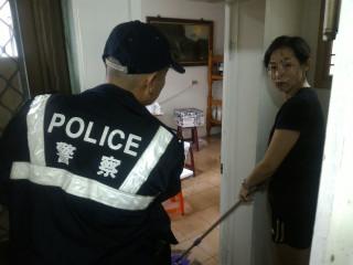 海棠颱風侵台瞬間暴雨致民宅灌水,暖警涉水即時協助救援