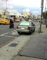 高雄市政府交通局提醒民眾勿持僥倖心態違規停放公車停靠區。(圖/記者郭文君攝)