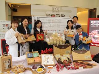 東東餐飲中秋禮盒傳遞幸福滋味,贈弱勢孩童200顆月餅。