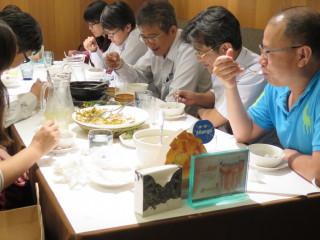 新光三越台南新天地給爸爸美味禮,圓阿爸舞台夢。