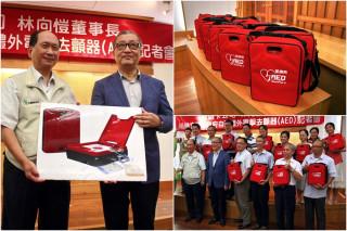 悠遊卡公司董事長林向愷捐贈AED給宜蘭縣,由代理縣長吳澤成代表受捐。(圖/記者陳木隆攝)