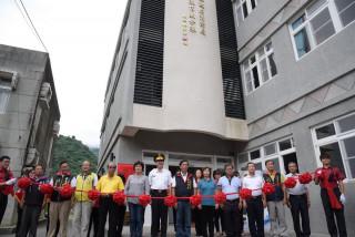 信義消防分隊廳舍落成啟用,縣長林明溱與身兼婦女防火宣導大隊長的夫人陳麗珠等人共同進行剪綵儀式。