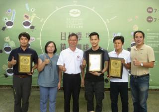 2017日月潭精品咖啡評鑑頒獎,由鄉長陳錦倫頒發台灣農林公司獲得2個頭等獎項及王昱鈞(右2)榮獲頭等獎。