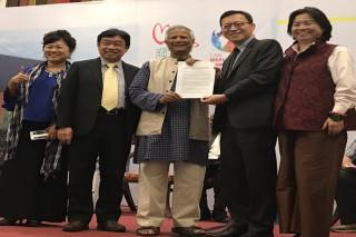 長榮大學李泳龍校長(右2)與諾貝爾和平獎得主尤努斯博士共同簽訂合作備忘錄,攜手推動社會型企業。
