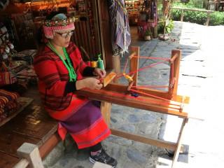 圖說:九族文化村原住民園區內的泰雅族編織體驗。(記者賴淑禎攝)