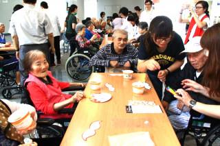 麻豆新樓醫院舉辦父親節和長者一起裝飾鬍鬚。