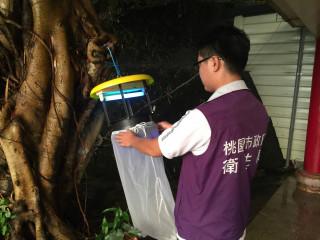 衛生局針對個案住宅附近鴿舍懸掛誘蚊燈,以誘捕病媒蚊,並針對附近居民進行衛教宣導。
