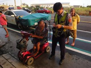電動車故障卡路中 警方護送身障男返家