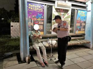 老翁颱風天蹲坐於草叢 熱心警攙扶至候車處休息