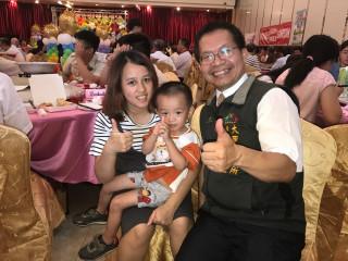 大甲區長劉來旺,最近頻推動提升人口計畫宣導,每在活動場合,會  向年輕婦女祝賀,抱抱小朋友,說明政府生育福利政策。(記者陳榮昌攝)