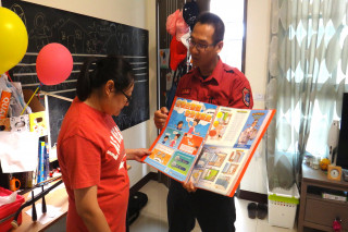 台南市政府消防局佳里分隊員到公眾場合推廣住宅用火災警報器,民眾接受度高。(圖/記者黃芳祿攝)