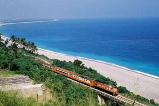為加速迴鐵路電氣化工程進度,交通部鐵路改建工程局宣布自2017年9月6日起至2019年6月底止,將進行南迴鐵路台鐵列車夜間減班,並以公路客運替代運輸的措施。(圖/Wikipedia)