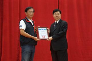 南開副校長許聰鑫代表領取高齡友善環境認證。(記者扶小萍攝)