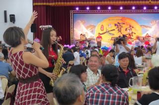 盛名遠播的台南七股年度大菜~七寶宴,今日澎派上菜,各式新鮮海產搭配現場歌舞和樂器演唱,賓客興奮不已。