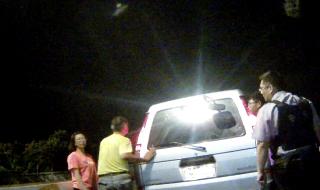 警方晚上協助推車。林重鎣攝