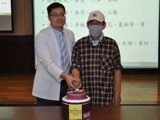 郭祐睿醫師為患者陳先生歡慶父親節。