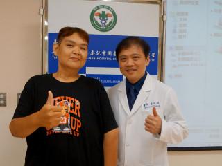 「新竹阿弟」呂宗憲呂宗憲病人(左)感謝黃致錕院長。