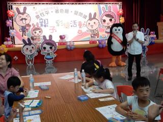 市長朱立倫出席親子彩繪活動,與小朋友互動,倡導性別平等觀念分享家事分工。(圖/記者黃村杉攝)