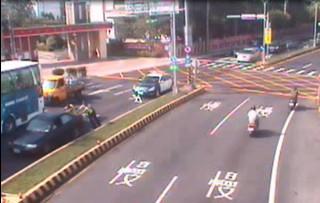 龍潭交通分隊警員協助洪姓婦女,將車輛先行推往路旁,以確保安全。