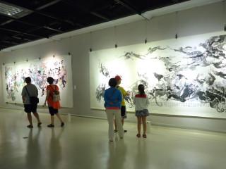 第三展覽室即日起至8月27日展出「游善富陶瓷水墨畫展」。(圖/記者黃村杉攝)