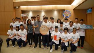 市長朱立倫頒發2017年國際少年運動會參賽選手鼓勵金。(圖/記者黃村杉攝)