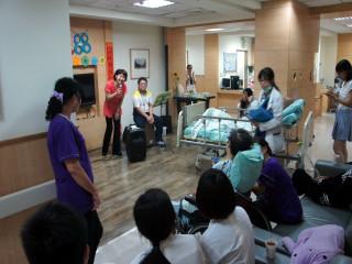 光田綜合醫院邀請22歲的抗癌鬥士葉家銘和媽媽林寶琴、學弟盧璽文  一同到院內福田安寧病房演出,與病友們同歡父親節。(記者陳榮昌 攝)