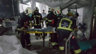 圖:大溪發生工安意外,一名外勞腳部遭捲入攪拌棒內動彈不得,消防人員前往救護,將他送醫。(記者陳寶印攝)