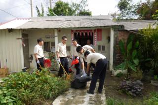 佳里區公所替代役男和公所人員合力為轄內弱勢獨居老人打掃環境。