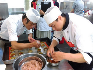 「2017北區客家美食料理大賽~客家等路大賽」決賽中,選手們卯足全力製作美食。