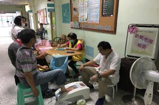 骨動健康 ,暑立新營醫院醫護人員為長者進行骨頭密度檢查。