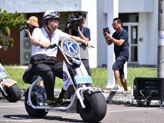 柯文哲笑說,騎腳踏車比較安全,感覺小哈雷油門不太好控制。(圖/台北市政府提供)