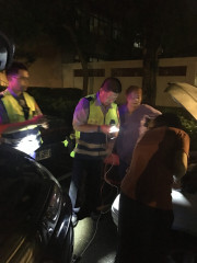 民眾深夜車輛半路拋錨,熱心警積極協助救援