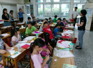 南投家扶水里暑期課輔班的小朋友用心學習剪紙技藝。