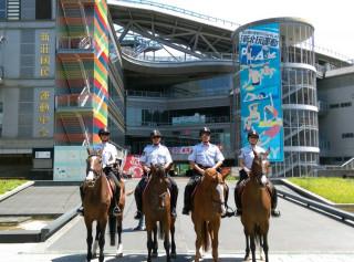 警察局騎警隊於賽事各重要區域,進行線上及機動待命反恐。(圖/記者黃村杉攝)