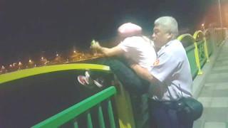 警員搶救想跳河女子。林重鎣攝