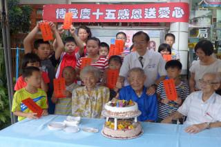 新營區博登人安藥局夫婦頒發15名家扶學童每名2000元獎助學金。
