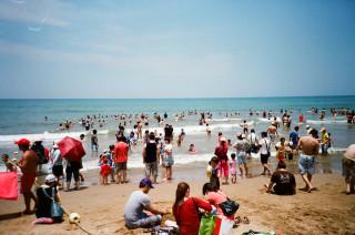 環保署11日公布第2次海灘水質監測結果,8月6日當天的福隆海水浴場、8月7日的苗栗崎頂海水浴場,其海水的大腸桿菌群、腸球菌群均被驗出含菌數偏高,被環保署列為水質不宜親水。(圖/Flickr Blowing Puffer Fish)