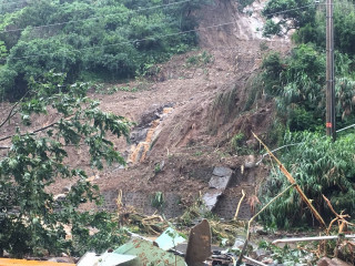 0602的大雨,除造成核一廠一座輸電鐵塔倒塌外,包含乾貯設施周遭的其他山坡地區亦有土石流失情形。(圖/新北市政府提供)
