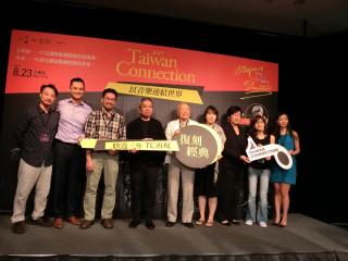 圖說:臺中國家各劇院總監王文儀跟TC音樂總監胡乃元及這次參與演出的TC主要演奏團員代表。(記者賴淑禎攝)