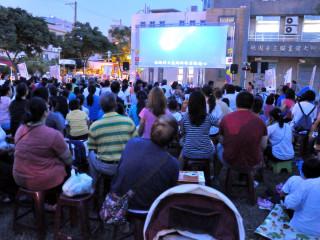 「蘆竹星光同樂會~夏日周末FUN電影」戶外活動,吸引民眾扶老攜幼來參加。