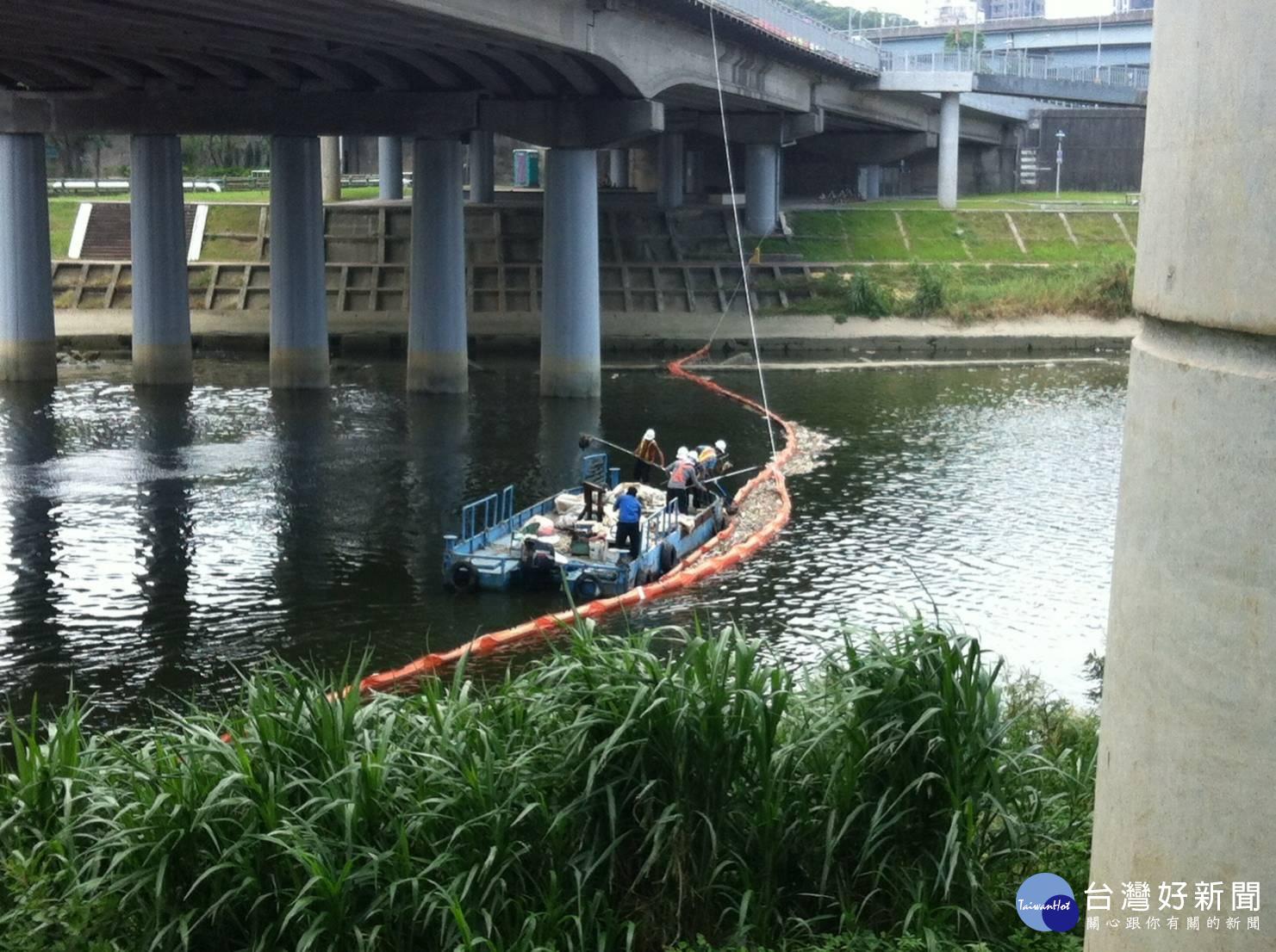 基隆河設攔污索 攔阻上游死魚漂至北市