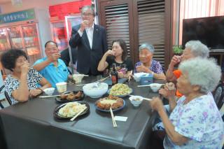 今年是農曆六月是閏雙月,前國代翁興旺(站者)宴請長者吃豬腳麵線添福壽。