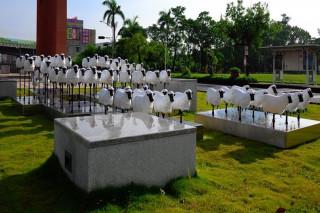 長榮大學72隻小羊裝置藝術,帶領學生進入大學知識殿堂。