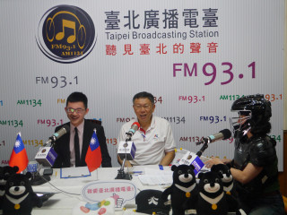 朱蕙蓉著棒球主審裁判服裝與視網膜訪問柯文哲