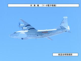 中共13日派出2架運8電子戰機繞台外海飛行,因穿越日本宮古島海域,日本航空自衛隊也緊急派出戰機升空監控。(圖/日本防衛省統合幕僚監部)