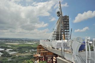 崗山之眼園區的天空廊道14日舉行「主塔柱頭安座典禮」。(圖/記者許凱涵攝)